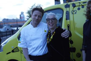 jamie-oliver-and-ronni-kahn-at-uk-ceo-cookoff